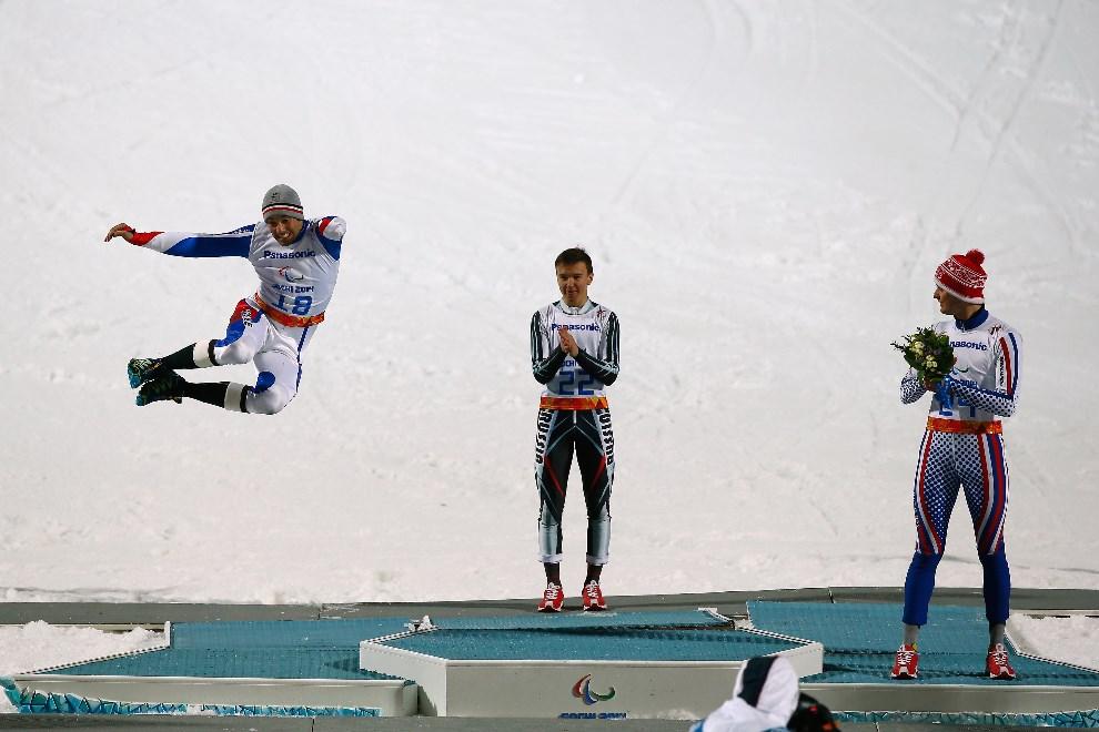 31.ROSJA, Soczi, 11 marca 2014: Od lewej: Vincent Gauthier-Manuel (Francja), Alexey Bugaev (Rosja) i Alexander Alyabyev (Rosja) celebrują zwycięstwo. (Foto: Tom   Pennington/Getty Images)