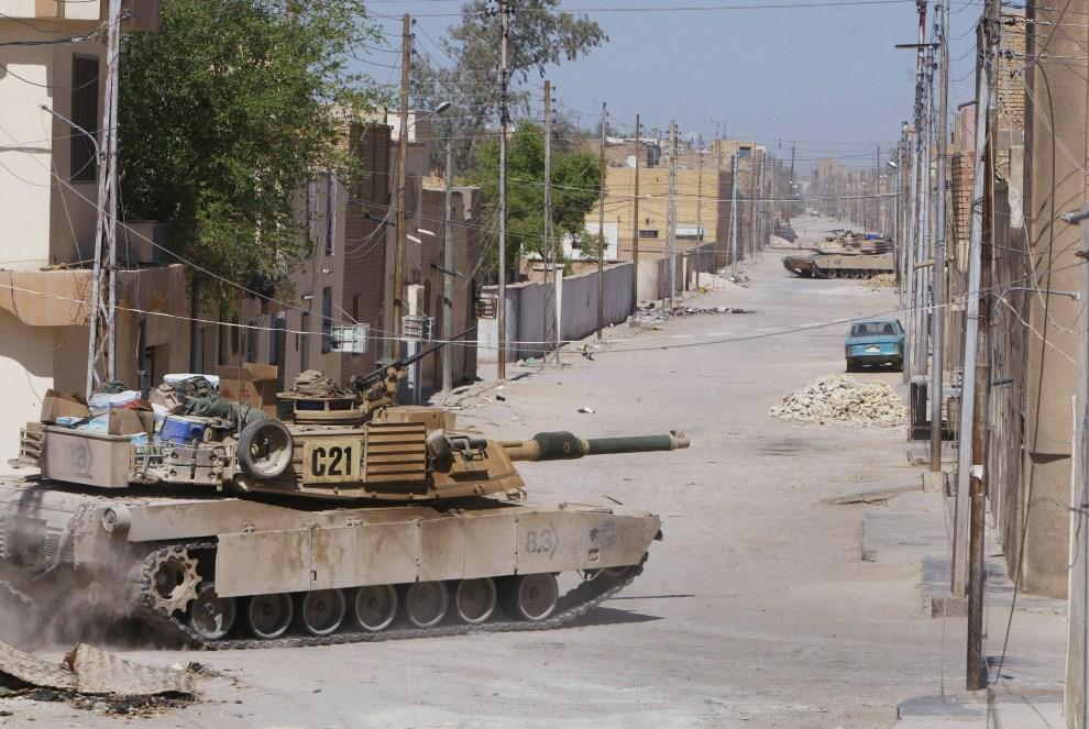 31.IRAK, An-Nadżaf, 17 sierpnia 2004: Czołgi przejeżdżające przez centrum An-Nadżaf. (Foto: Joe Raedle/Getty Images)