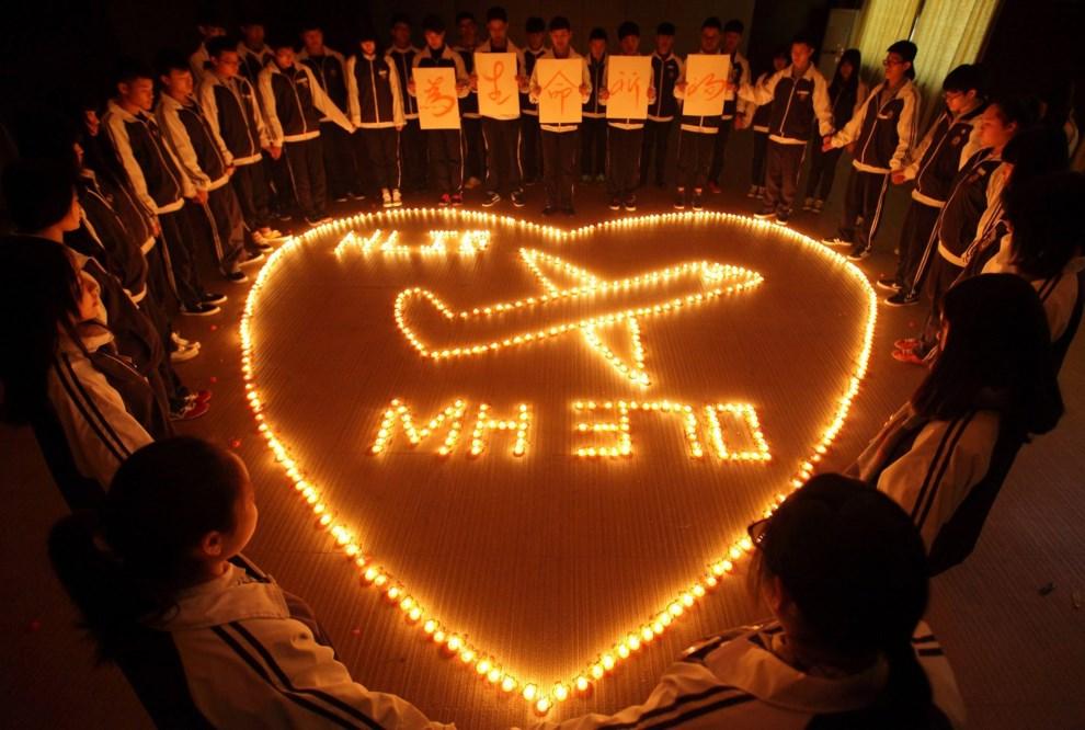 31.CHINY, Zhuji, 10 marca 2014: Dzieci modlące się w intencji pasażerów i załogi zaginionego samolotu. AFP PHOTO