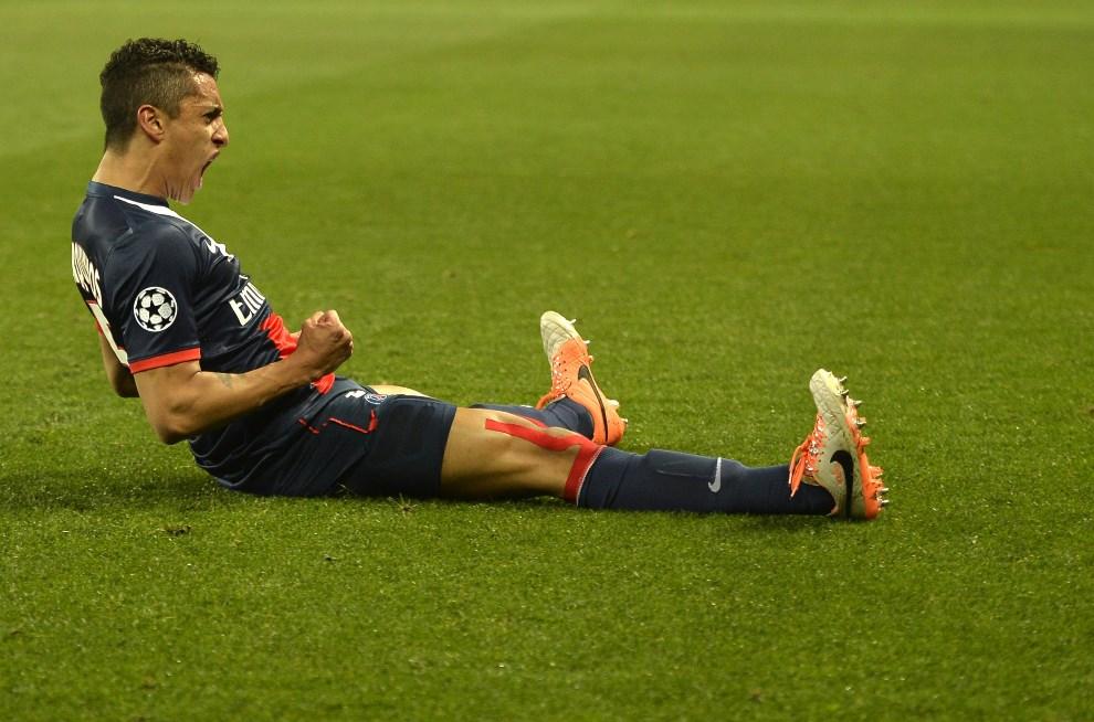 32.FRANCJA, Paryż, 12 marca 2014: Marquinhos cieszy się ze zdbytej bramki w meczu Ligi Mistrzów. AFP PHOTO / MIGUEL MEDINA