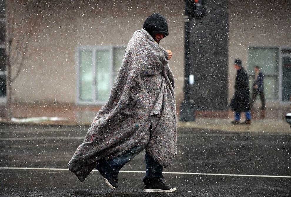 31.USA, Waszyngton, 25 marca 2014: Mężczyzna owinięty kocem na ulicy w Waszyngtonie. 2014. AFP/Jewel Samad