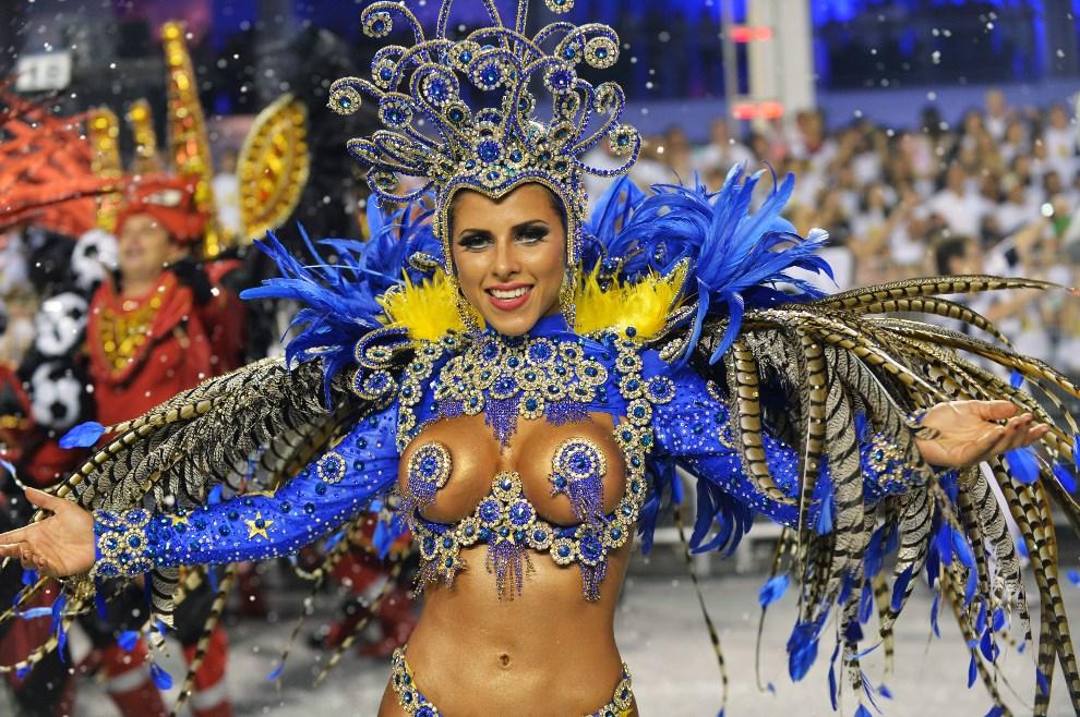 """32.BRAZYLIA, Rio de Janeiro, 1 marca 2014: Tancerka reprezentująca szkołę """"Gavioes da Fiel"""". AFP PHOTO / NELSON ALMEIDA"""