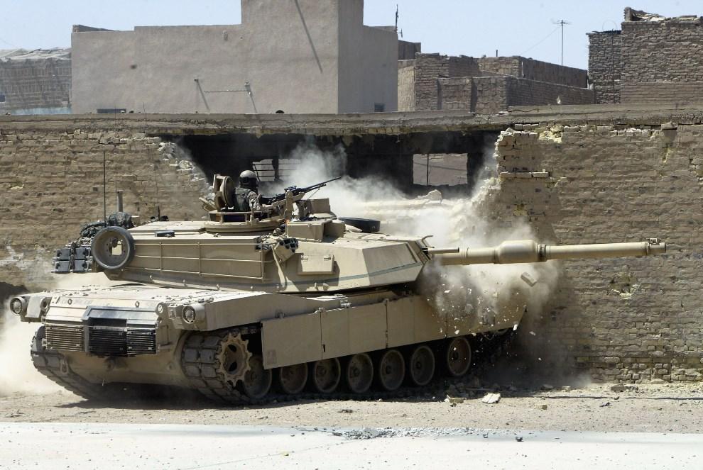 32.IRAK, An-Nadżaf, 16 sierpnia 2004: Abrams oczyszcza pole widzenia dla piechoty. (Foto: Joe Raedle/Getty Images)