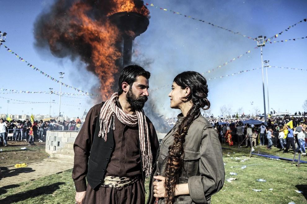 32.TURCJA, Diyarbakir, 21 marca 2014: Kurdyjska para podczas obchodów nowego roku. AFP PHOTO/GURCAN OZTURK