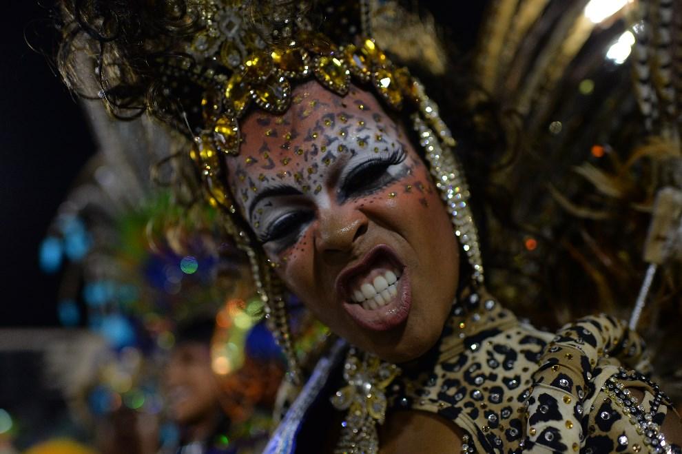 "33.BRAZYLIA, Rio de Janeiro, 2 marca 2014: Tancerka reprezentująca szkołę ""Grande Rio"". AFP PHOTO / YASUYOSHI CHIBA"