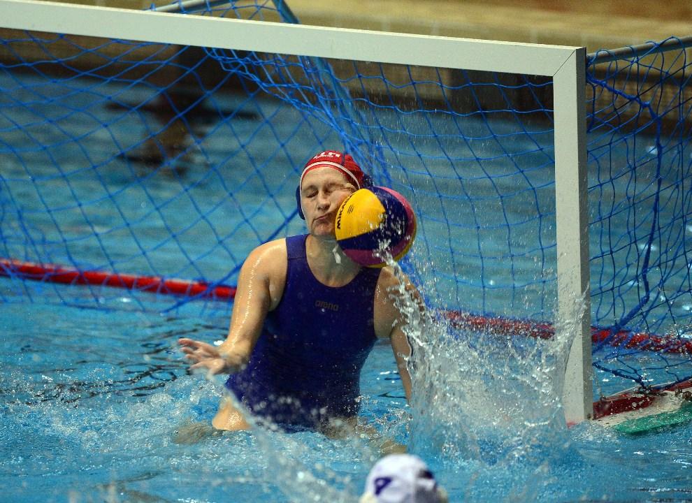 33.WĘGRY, Budapeszt, 18 marca 2014: Włoska bramkarka, Giulia Gorlero, interweniuje podczas meczu z zespołem Węgier.  AFP PHOTO/ATTILA KISBENEDEK