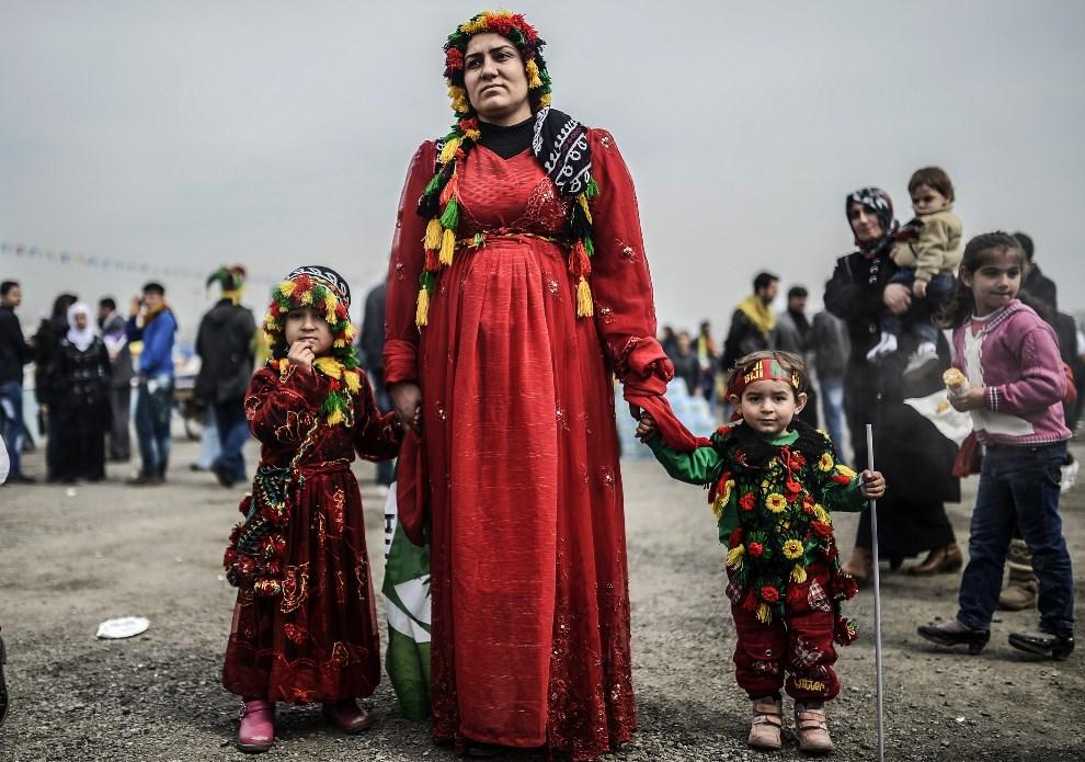 33.TURCJA, Stambuł, 23 marca 2014: Kobieta z córkami podczas obchodów nowego roku. AFP PHOTO/BULENT KILIC