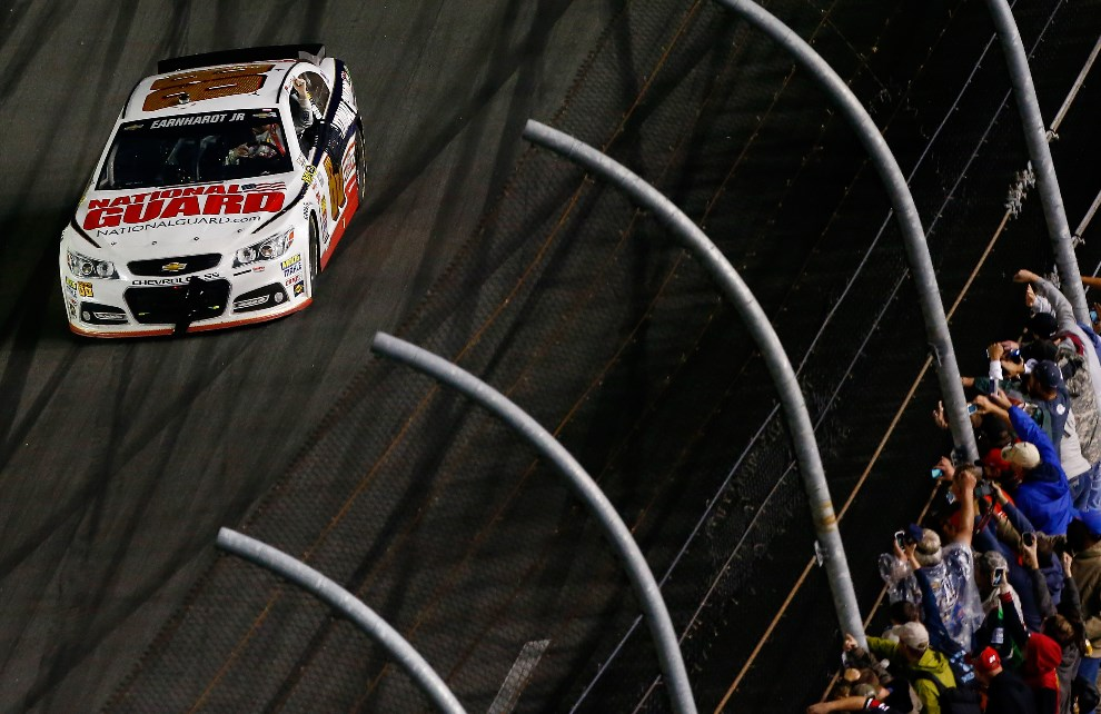 34.USA, Daytona Beach, 23 lutego 2014: Dale Earnhardt Jr. podczas rundy honorowej. Brian Lawdermilk/Getty Images/AFP