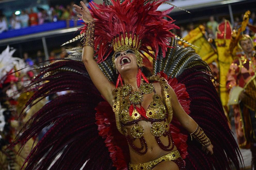 "34.BRAZYLIA, Rio de Janeiro, 2 marca 2014: Tancerka reprezentująca szkołę ""Grande Rio"". AFP PHOTO / CHRISTOPHE SIMON"