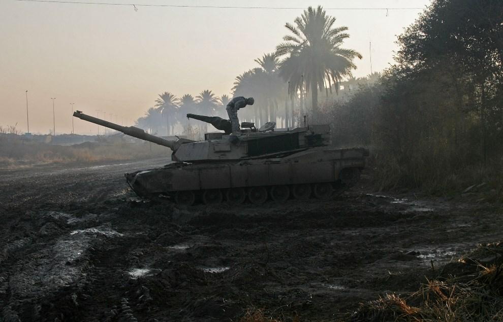 34.IRAK, Ramadi, 14 stycznia 2007: Abrams unieruchomiony w wyniku starcia z rebeliantami. (Foto: John Moore/Getty Images)