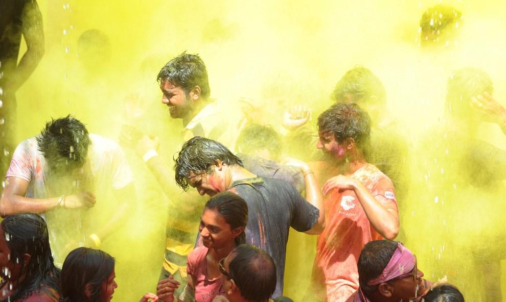 34.INDIE, Hyderabad, 17 marca 2014: Grupa ludzi podczas obchodów święta Holi. AFP PHOTO/Noah SEELAM