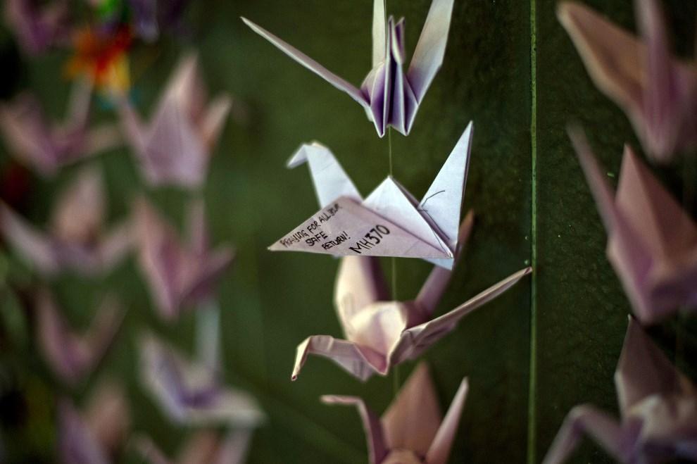 34.MALEZJA, Bangsar, 23 marca 2014: Origami z modlitwami w intencji pasażerów i załogi zaginionego lotu, rozwieszone w centrum handlowym. AFP PHOTO / MOHD RASFAN