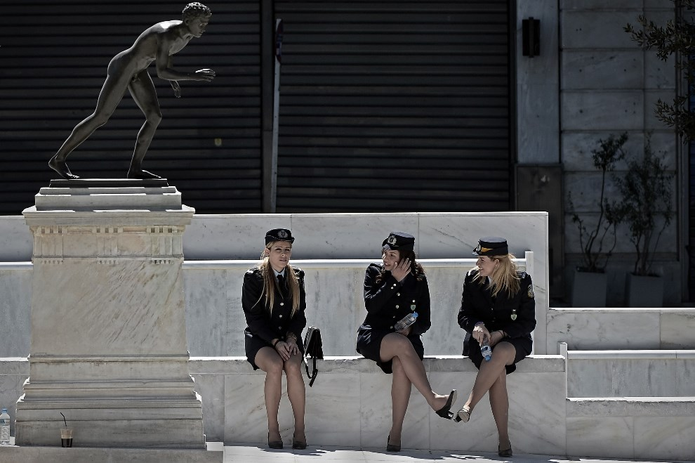 34.GRECJA, Ateny, 25 marca 2014: Policjantki odpoczywające po paradzie z okazji Dnia Niepodległości. AFP PHOTO / ARIS MESSINIS