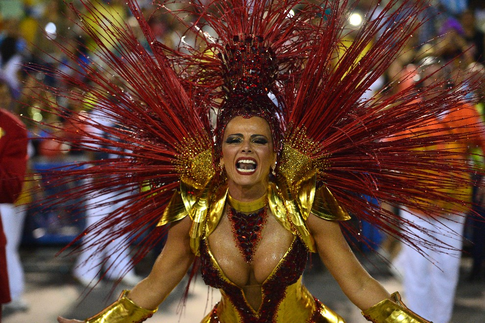 "35.BRAZYLIA, Rio de Janeiro, 3 marca 2014: Tancerka reprezentująca szkołę ""Salgueiro"".  AFP PHOTO / CHRISTOPHE SIMON"