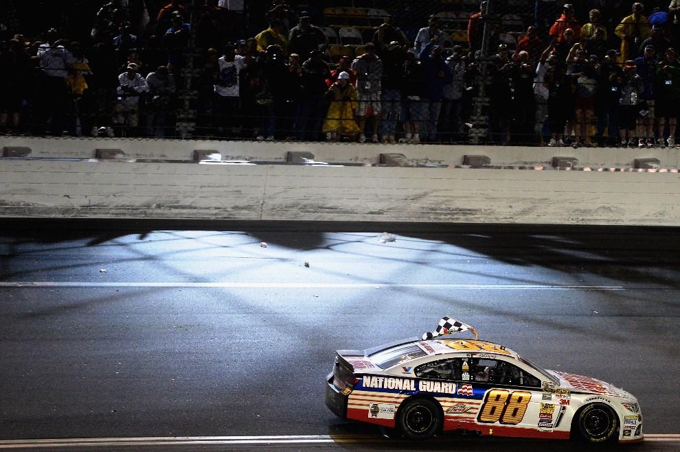 35.USA, Daytona Beach, 23 lutego 2014: Dale Earnhardt Jr. świętuje zwycięstwo w wyścigu. (Foto: Patrick Smith/Getty Images)