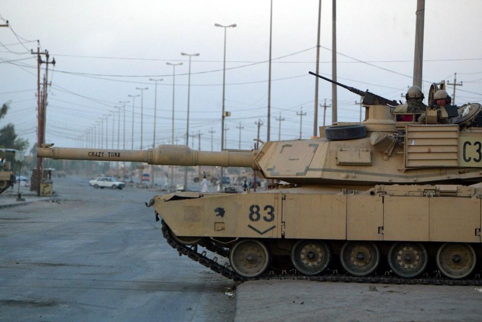 35.IRAK, An-Nadżaf, 13 sierpnia 2004: Abrams zajmuje pozycję na przedmieściach An-Nadżaf. (Foto: Joe Raedle/Getty Images)