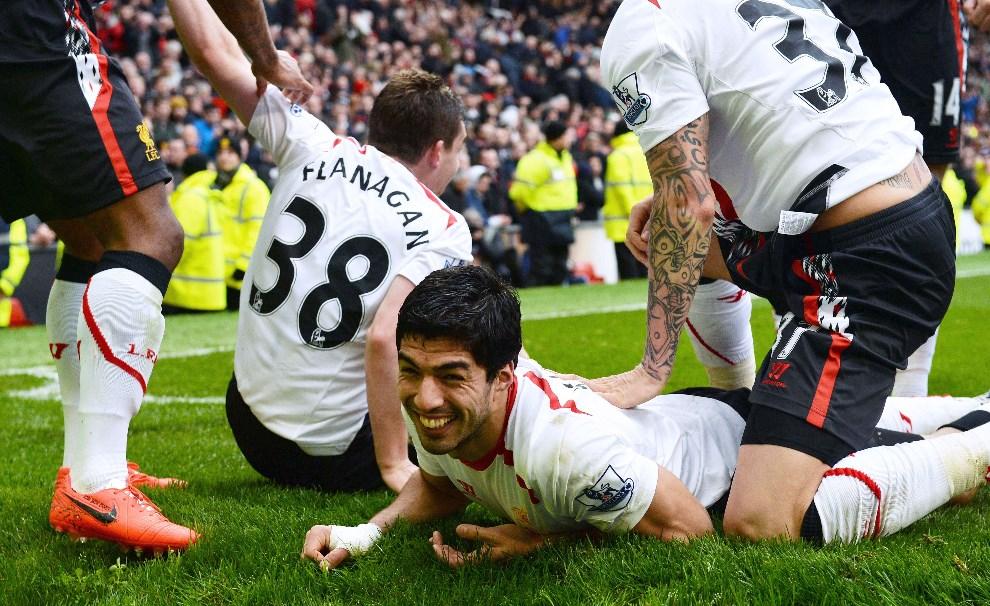 35.WIELKA BRYTANIA, Manchester, 16 marca 2014: Luis Suarez cieszy się z gola zdobytego dla  zespołu z Liverpoolu.  AFP PHOTO/PAUL ELLIS