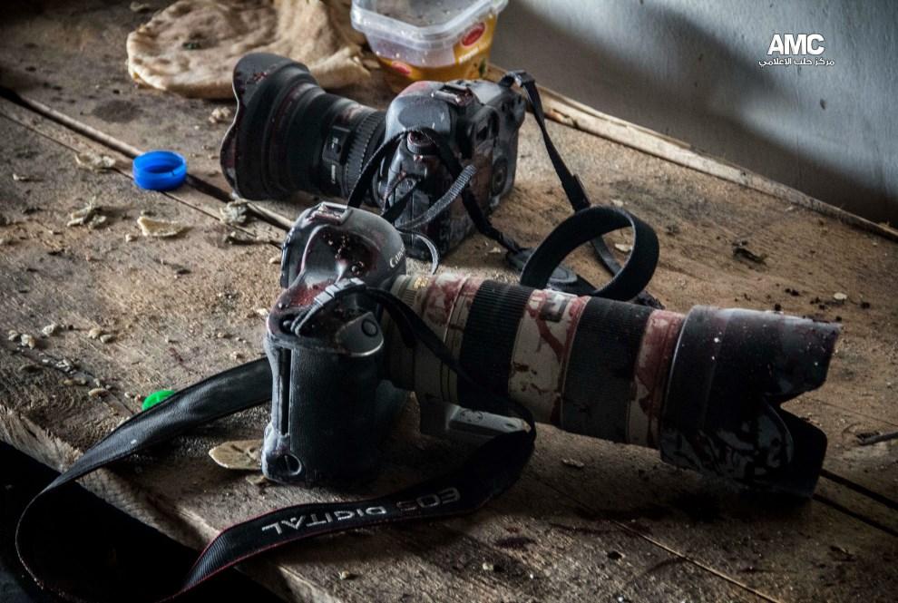 38.SYRIA, Aleppo, 20 grudnia 2013: Zakrwawiony sprzęt Syryjskiego aktywisty i dziennikarza, Molhema Barakata. AFP PHOTO / HO / ALEPPO MEDIA CENTRE