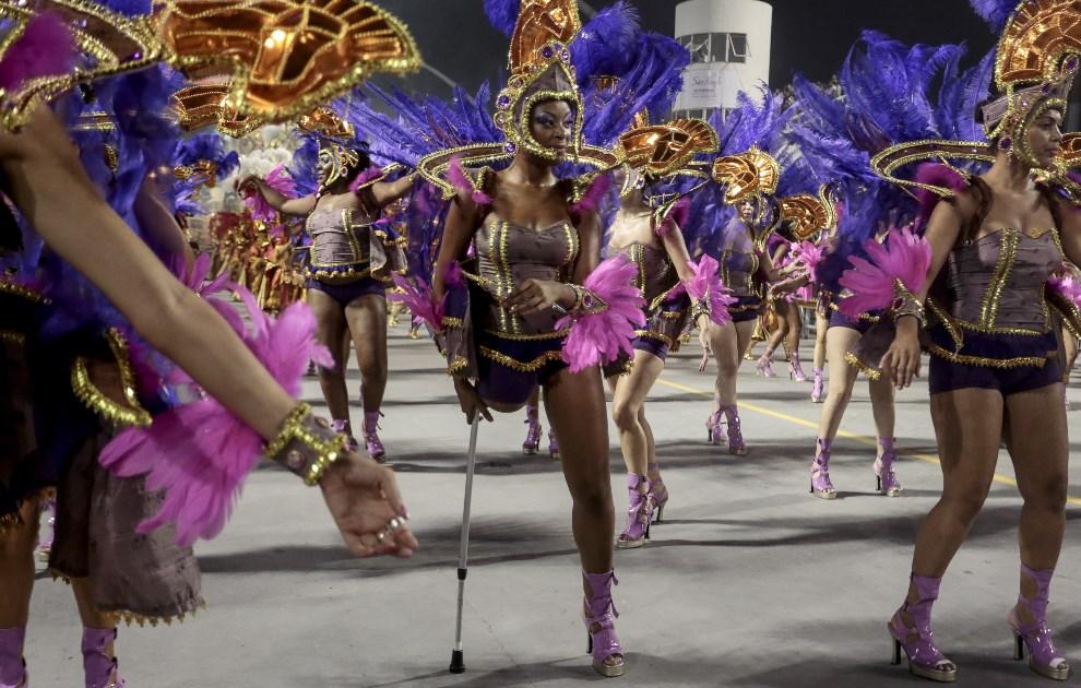 """36.BRAZYLIA, Sao Paulo, 1 marca 2014: Tancerki reprezentujące szkołę """"Nene de Vila Matilde"""". AFP PHOTO / Miguel SCHINCARIOL"""