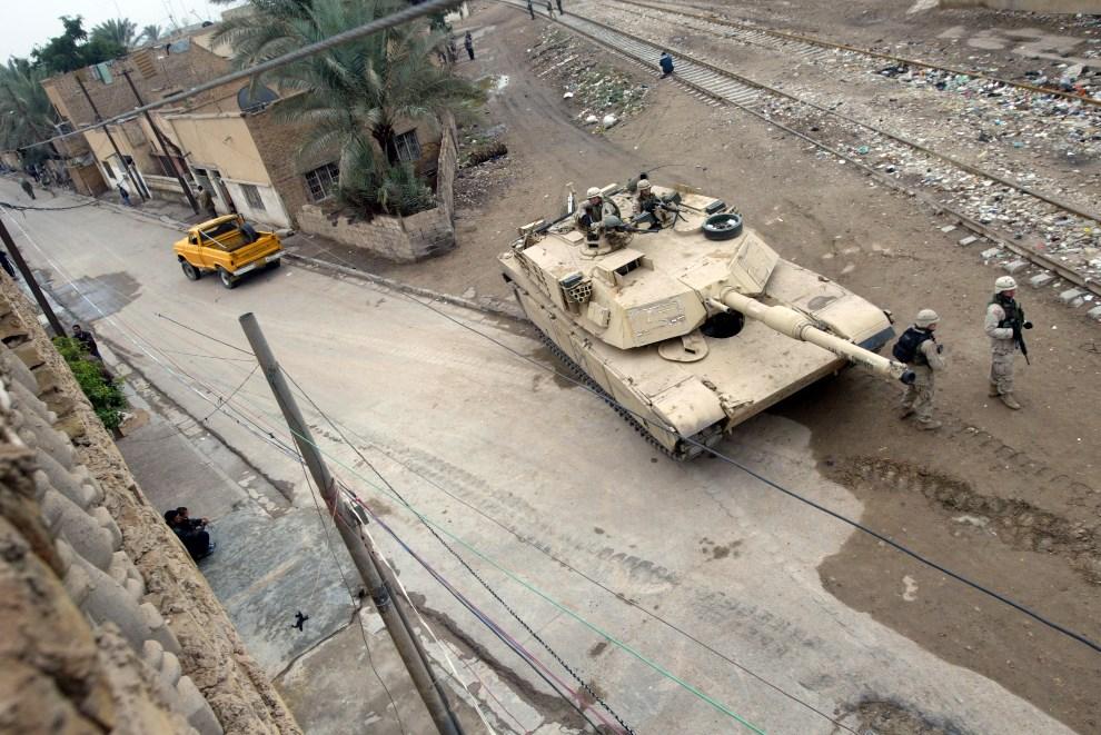 36.IRAK, Bagdad, 30 listopada 2003: Abrams na pozycje w pobliżu węzła kolejowego. (Foto: Joe Raedle/Getty Images)
