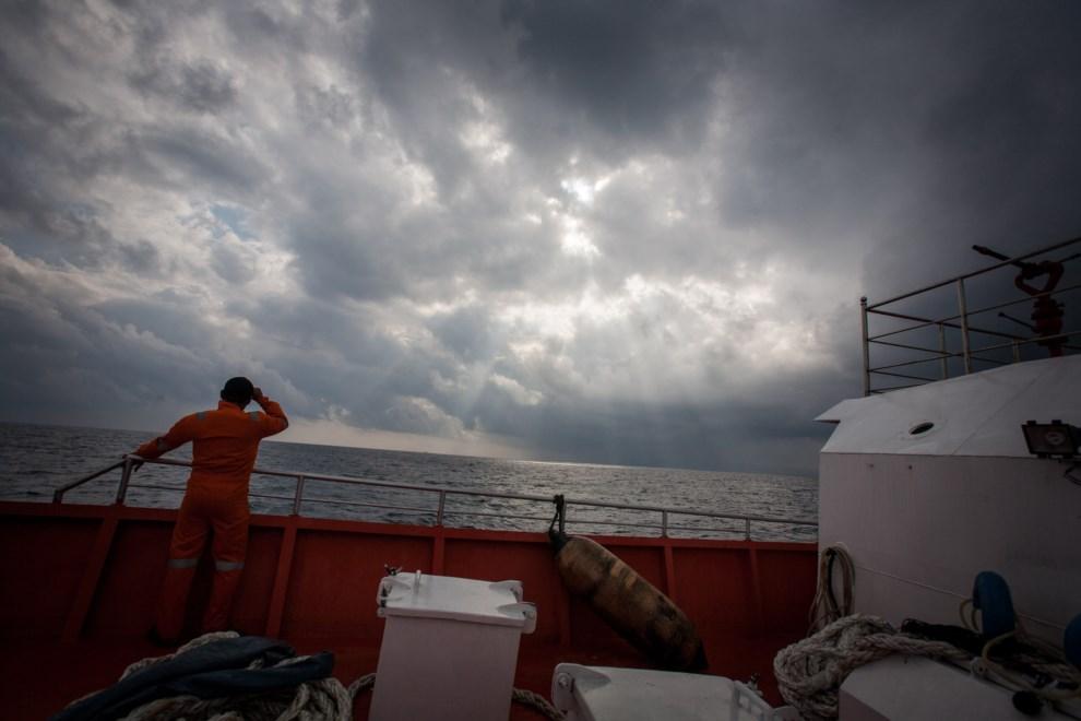 36.MORZE ANDAMAŃSKIE, 15 marca 2014: Indonezyjska jednostka przeszukująca wody Morza Andamańskiego. AFP PHOTO/ Chaideer MAHYUDDIN