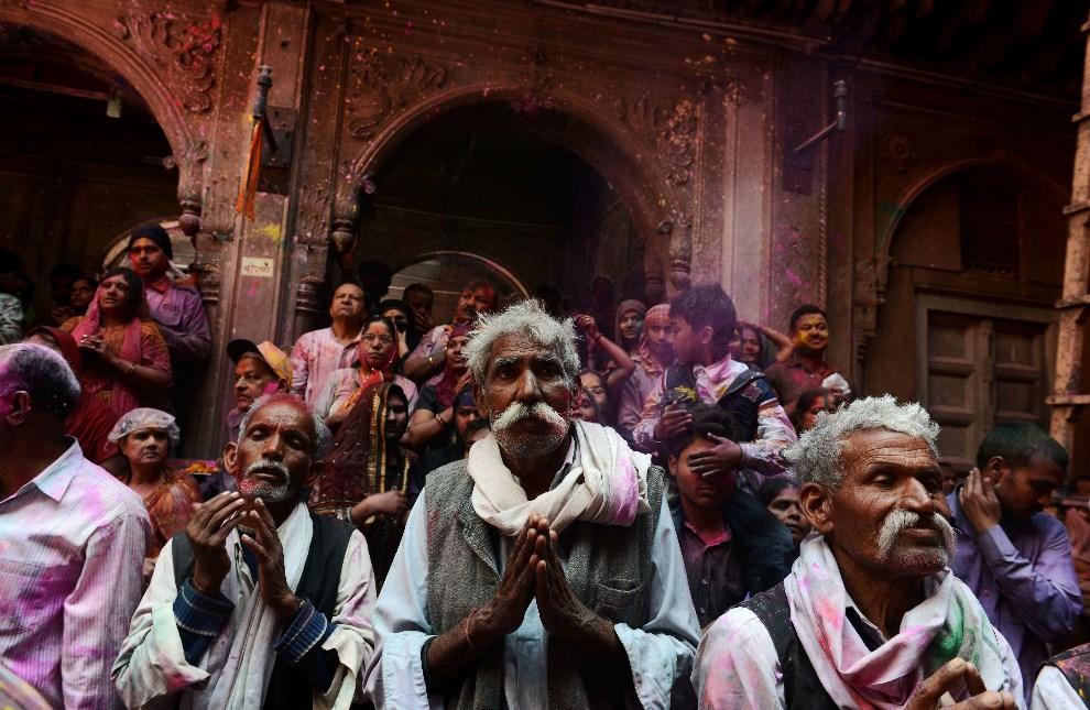 36.NDIE, Vrindavan, 17 marca 2014: Wierni modlący się w świątyni Bankey Bihari. AFP PHOTO/Chandan KHANNA