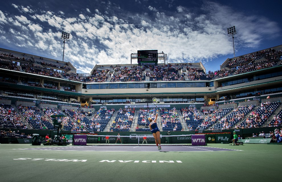 37.USA, Indian Wells, 13 marca 2014: Dominika Cibulkova serwuje piłkę podczas meczu z Li Na. AFP PHOTO/Joe KLAMAR