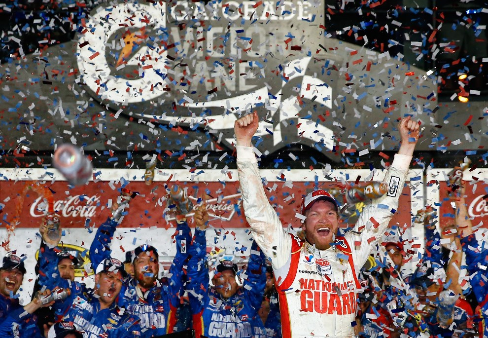 37.USA, Daytona Beach, 23 lutego 2014: Dale Earnhardt Jr. unosi ręce w geście zwycięstwa. (Foto: Tom Pennington/Getty Images)