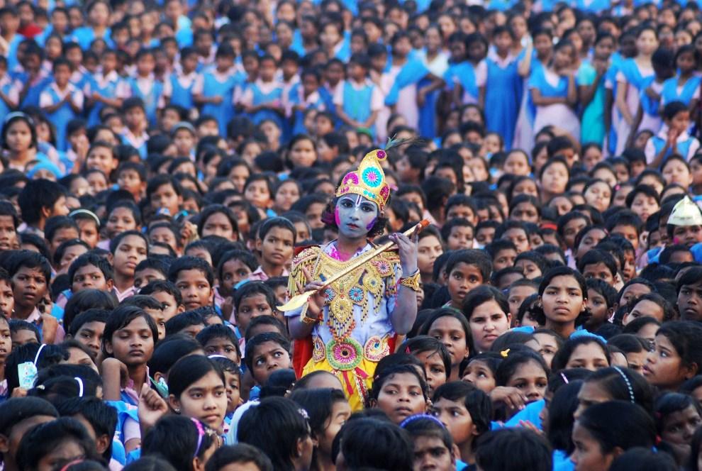 37.INDIE, Bhubaneswar, 16 marca 2014: Dziewczynka ucharakteryzowana na podobieństwo Kryszny. AFP PHOTO / ASIT KUMAR