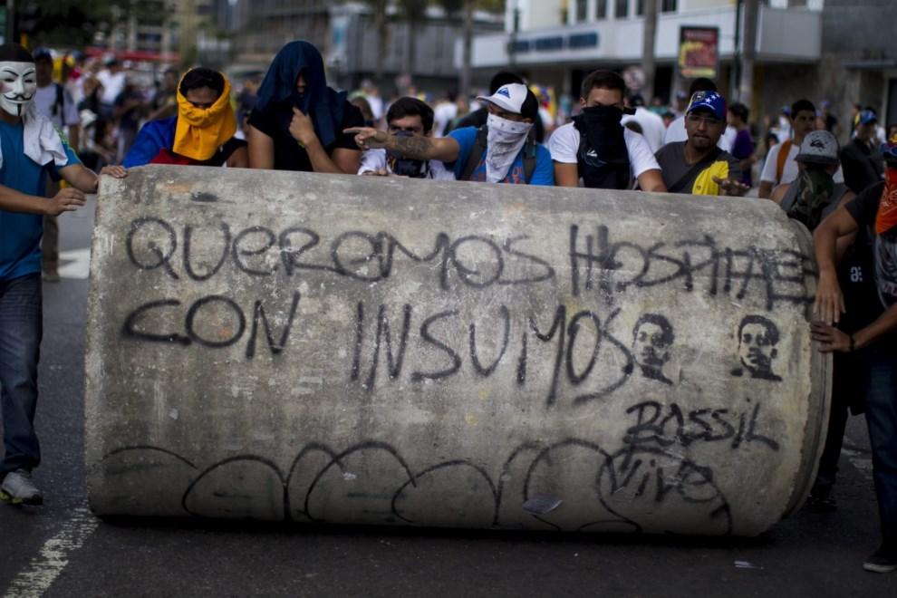 37.WENEZUELA, Caracas, 2 marca 2014: Protestujący nacierający na pozycje gwardzistów. EPA/MIGUEL GUTIERREZ Dostawca: PAP/EPA.