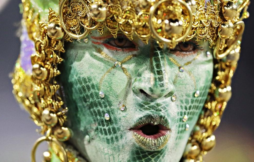 "38.BRAZYLIA, Sao Paulo, 2 marca 2014: Tancerka reprezentująca szkołę ""Aguia de Ouro"". AFP PHOTO / Miguel SCHINCARIOL"