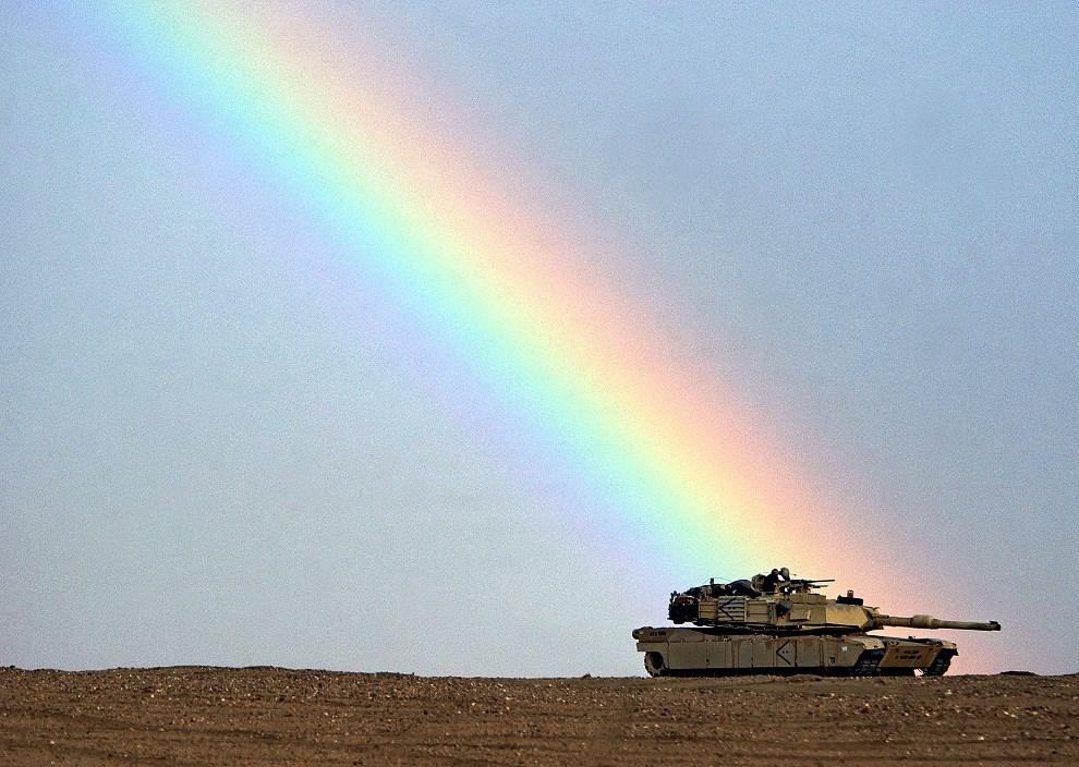 38.KUWEJT, 17 grudnia 2002: Tęcza nad Abramsem na posterunku w pobliżu granicy z Irakiem. (Foto: Scott Nelson/Getty Images)
