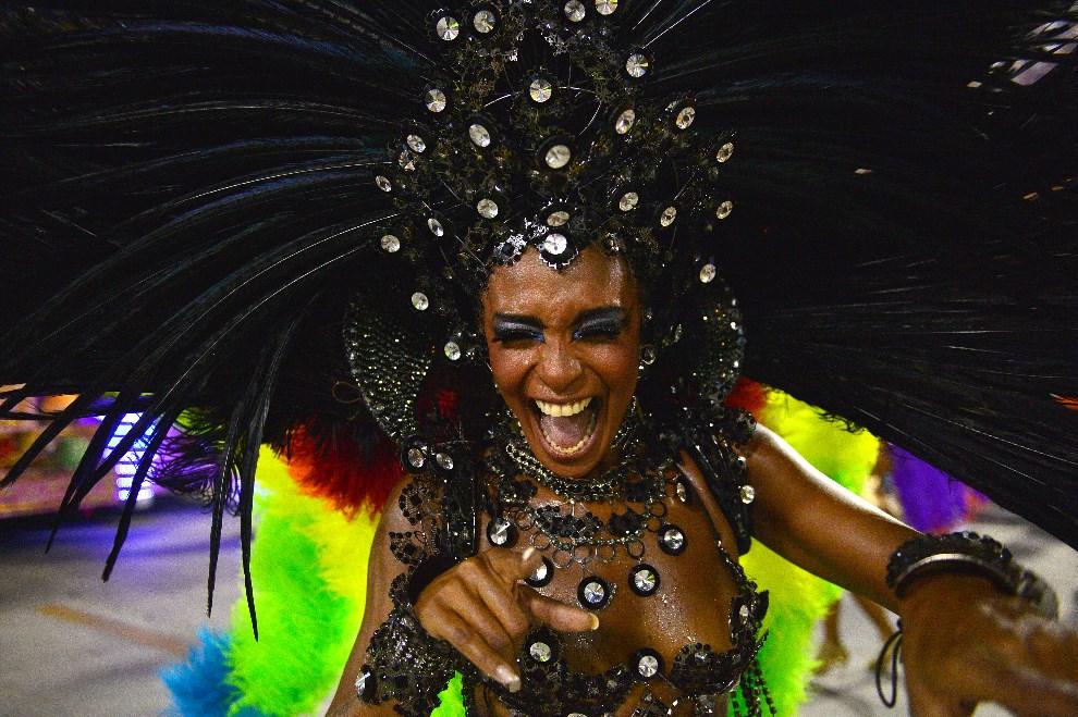 "39.BRAZYLIA, Rio de Janeiro, 2 marca 2014: Tancerka reprezentująca szkołę ""Sao Clemente"". AFP PHOTO / CHRISTOPHE SIMON"