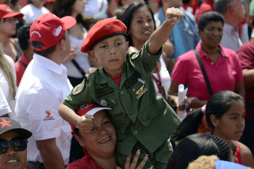 """3.WENEZUELA, Caracas, 22 lutego 2014: Zwolennicy prezydenta podczas """"marszu pokoju"""" w Caracas. AFP PHOTO / Leo Ramirez"""