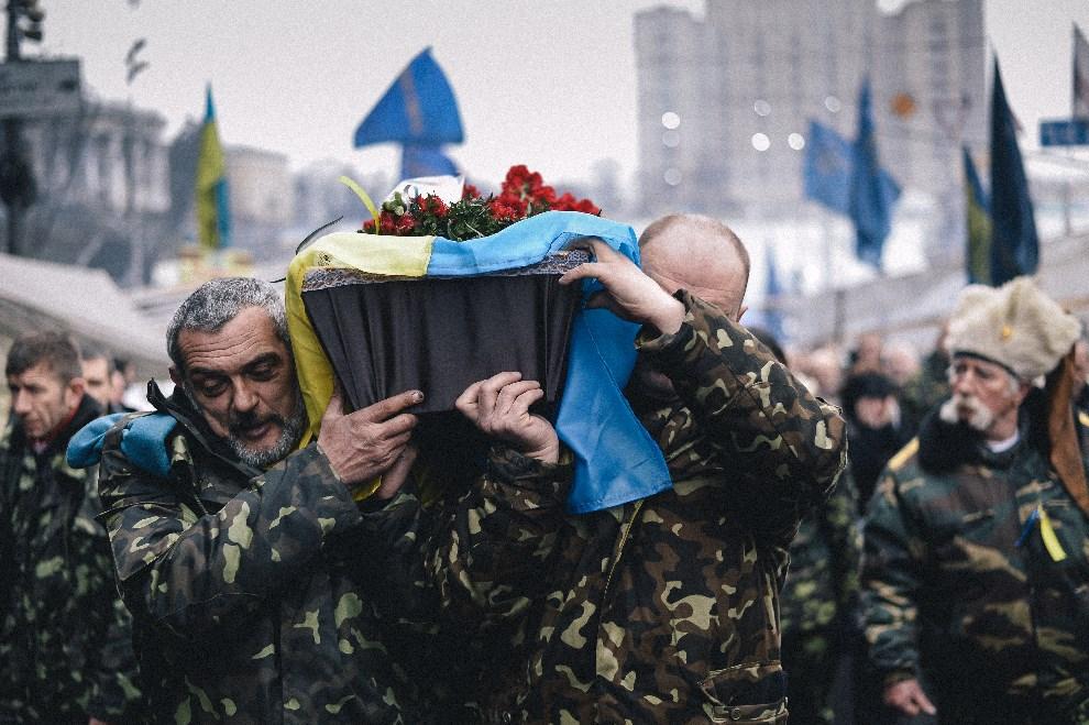 3.UKRAINA, Kijów, 6 marca 2014: Trumna z ciałem jednego z obrońców Majdanu niesiona przez jego towarzyszy. AFP PHOTO / DIMITAR DILKOFF