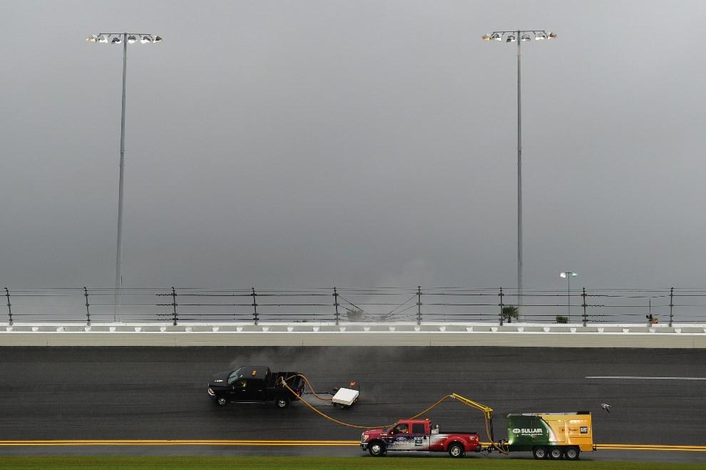3.USA, Daytona Beach, 23 lutego 2014: Samochody osuszające tor w Daytona Beach. (Foto: Patrick Smith/Getty Images)