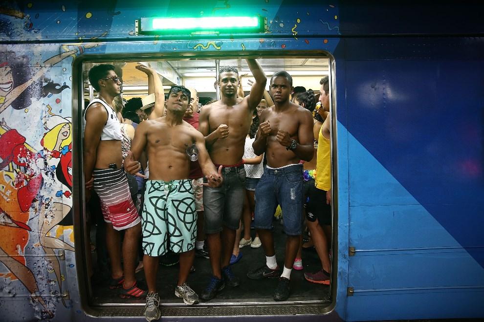 """3.BRAZYLIA, Rio de Janeiro, 1 marca 2014: Pasażerowie metra zmierzający na paradę """"Cordao do Bola Preta"""". (Foto: Mario Tama/Getty Images)"""
