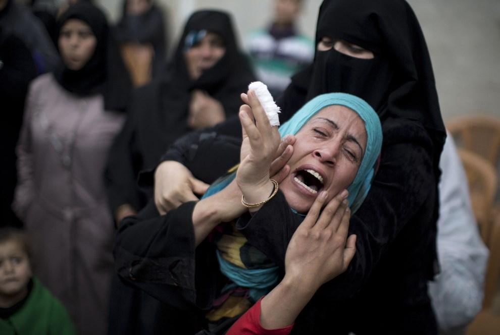 3.ZACHODNI BRZEG, Gaza, 11 marca 2014: Krewna Shahera Abu Shanaba, zabitego podczas izraelskiego nalotu. AFP PHOTO / MAHMUD HAMS