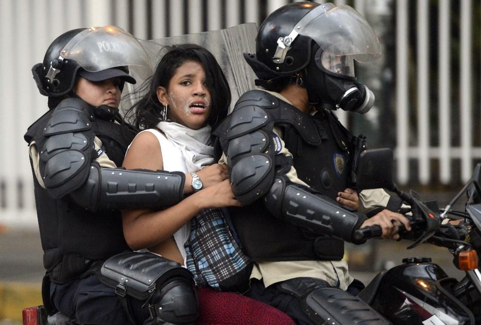 3.WENEZUELA, Caracas, 13 marca 2014: Przeciwniczka prezydenta Nicolasa Maduro zatrzymana podczas zamieszek w Caracas. AFP PHOTO/LEO RAMIREZ