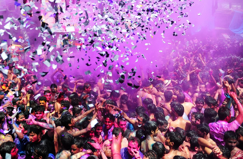 3.INDIE, Allahabad, 17 marca 2014: Tłum ludzi tańczy na ulicy. AFP PHOTO/SANJAY KANOJIA