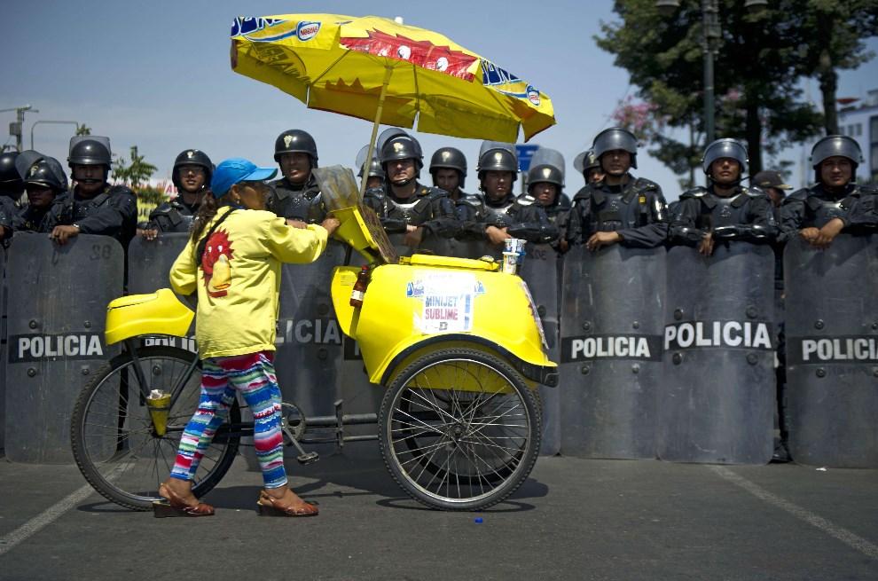 3.PERU, Lima, 24 marca 2014: Kobieta sprzedająca lody podczas protestów górników. AFP PHOTO/ERNESTO BENAVIDES