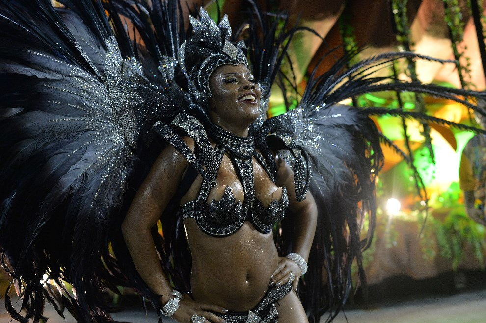 "40.BRAZYLIA, Rio de Janeiro, 3 marca 2014: Tancerka reprezentująca szkołę ""Salgueiro"". AFP PHOTO / YASUYOSHI CHIBA"