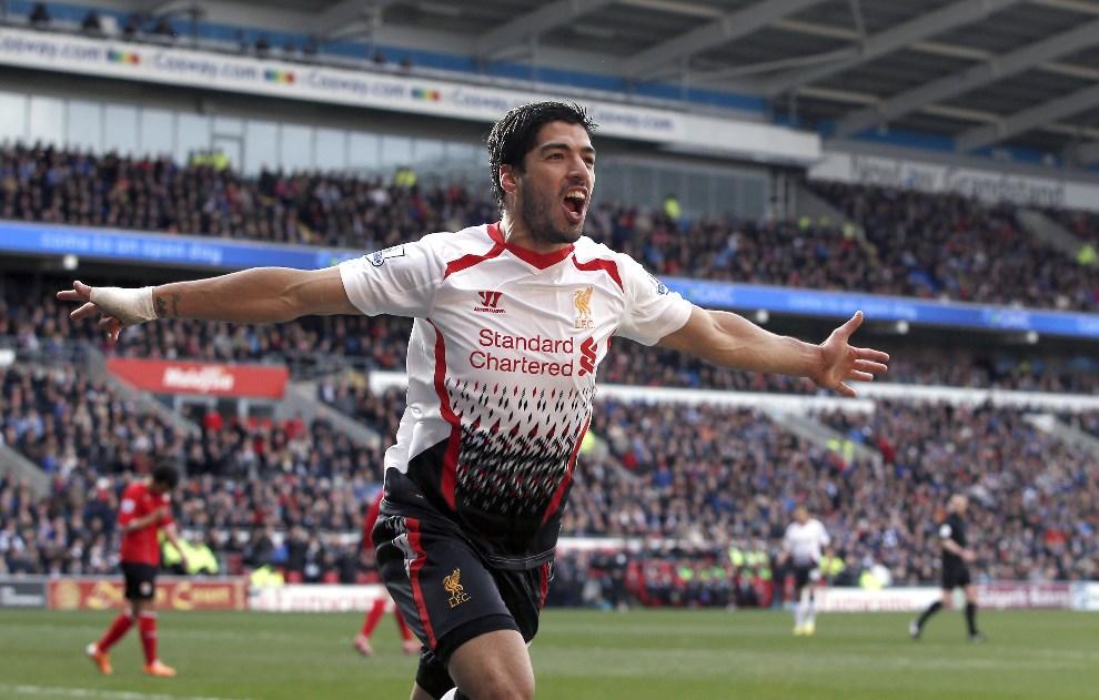 40.WIELKA BRYTANIA, Cardiff, 22 marca 2014: Luis Suarez (FC Liverpool) cieszy się zgodla zdobytego w meczu z Cardiff City. AFP PHOTO / ADRIAN DENNIS