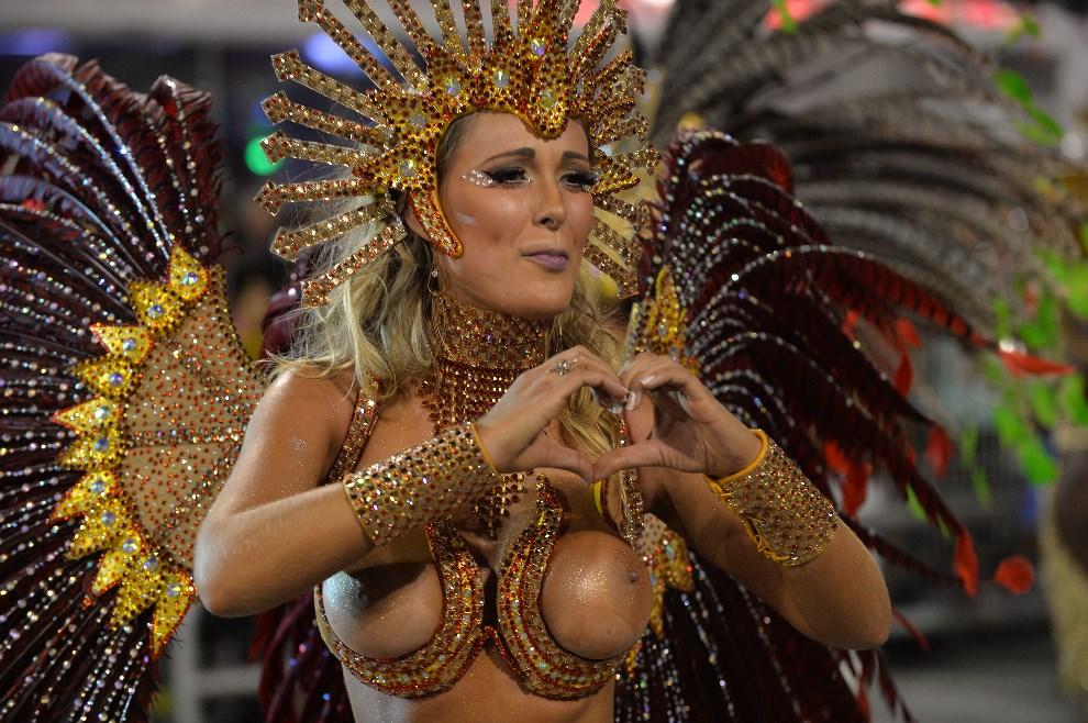 "42.BRAZYLIA, Rio de Janeiro, 28 lutego 2014: Tancerka reprezentująca szkołę ""Leandro de Itaquera"". AFP PHOTO / Nelson ALMEIDA"