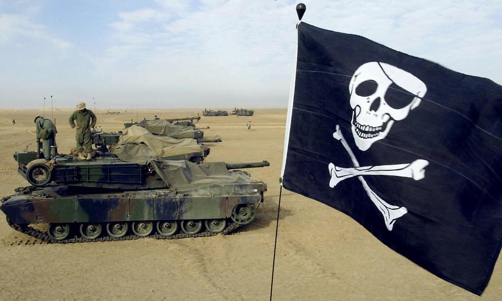 4.KUWEJT, 16 lutego 2003: Amerykańskie czołgi na pustyni w pobliżu granicy z Irakiem. AFP PHOTO/Paul J. Richards