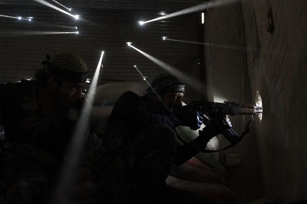 4.SYRIA, Aleppo, 18 września 2013: Rebelianci na stanowiskach ogniowych. AFP PHOTO/JAVIER MANZANO