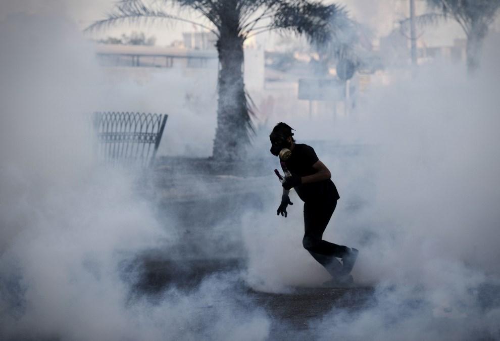 4.BAHRAJN, Sytra, 18 marca 2014: Uczestnik zamieszek z koktajlem Mołotowa. TOPSHOTS/AFP PHOTO/MOHAMMED AL-SHAIKH