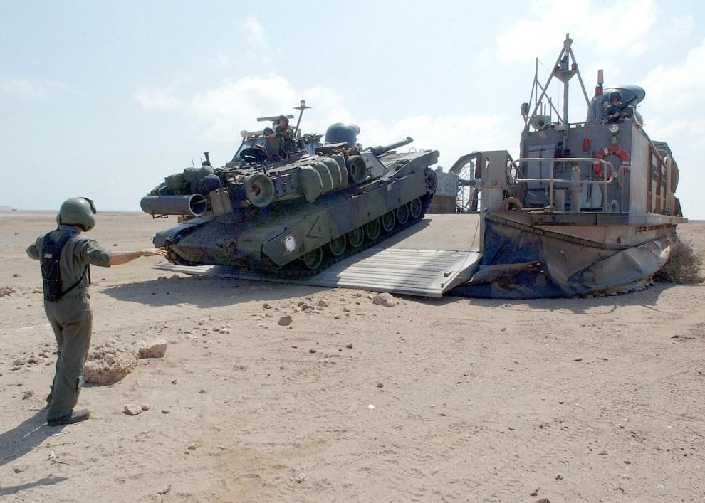 5.DŻIBUTI, 9  listopada 2002: Abrams M1-A1 zjeżdża z pokładu poduszkowca. AFP PHOTO/US NAVY