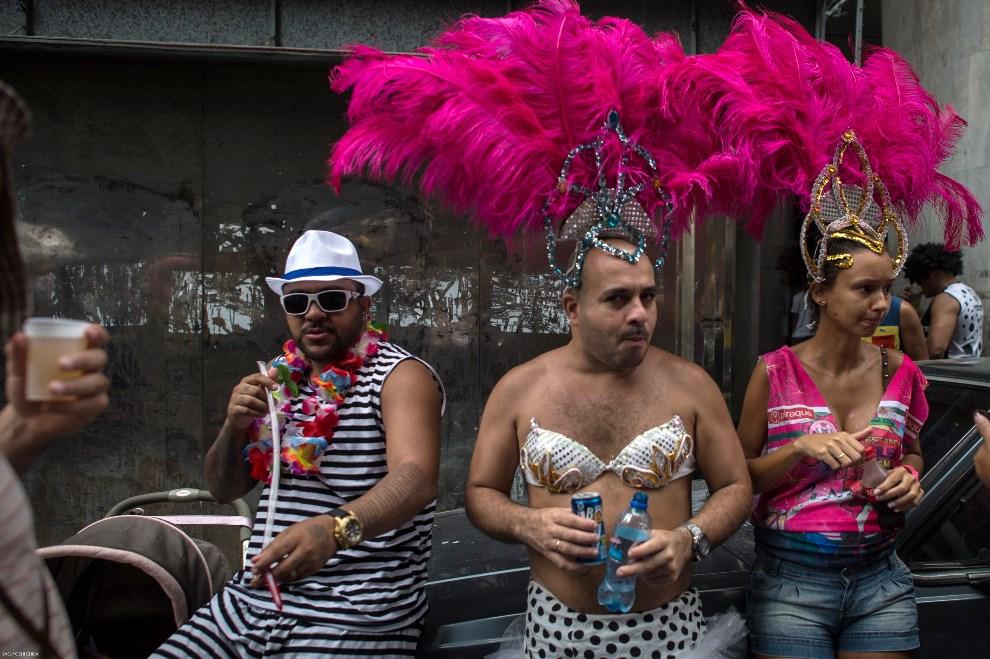 """5.BRAZYLIA, Rio de Janeiro, 1 marca 2014: Uczestnicy karnawałowej zabawy """"Cordao da Bola Preta"""". AFP PHOTO/YASUYOSHI CHIBA"""
