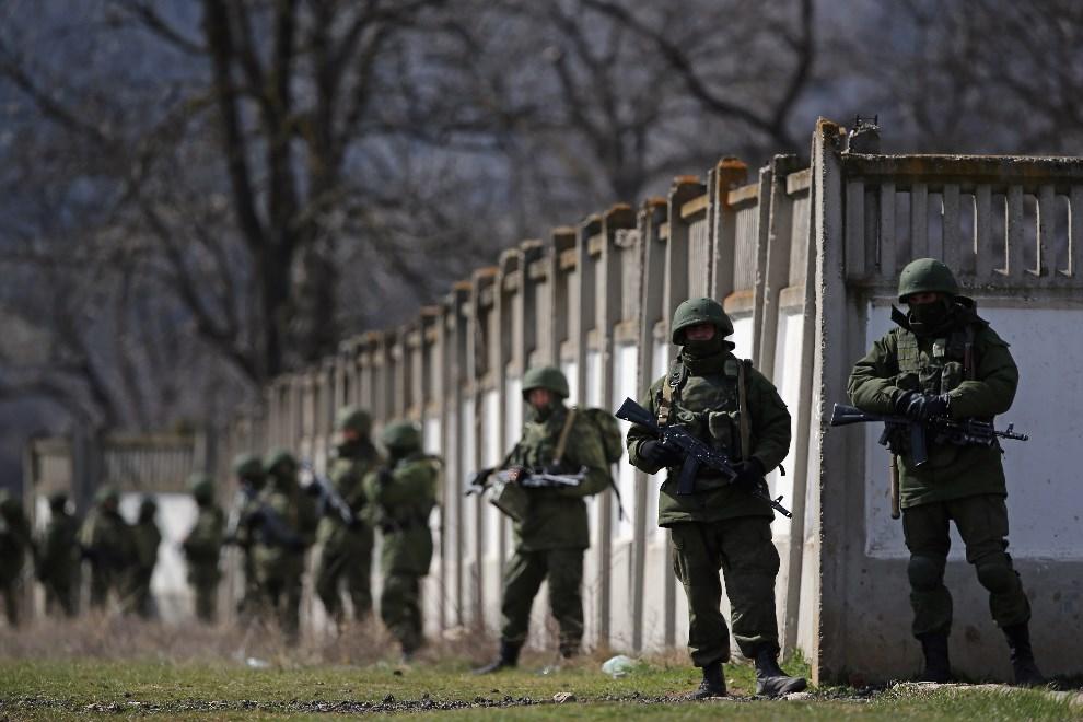 5.UKRAINA, Perevalne, 19 marca 2014: Rosyjscy żołnierze otaczający bazę wojskową. (Foto: Dan Kitwood/Getty Images)